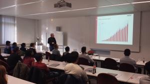Hr. Riegraf, Geschäftsführer von Vector, stellt die Unternehmensentwicklung vor